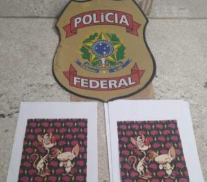 A droga foi postada no Estado de São Paulo. Agentes da Polícia Federal realizaram a prisão em flagrante quando o destinatário retirava a encomenda ilícita