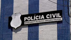 Crime aconteceu no centro do município na tarde deste sábado (31). Polícia Militar flagrou homem agredindo a vítima já desacordada