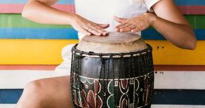 Porque a música, ah, a música me ensina a sentir... Aliás, acredito eu, que aquilo que ela me faz sentir, transforma o sentimento em si. A música ensina.