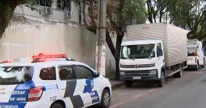 O veículo foi interceptado na rodovia federal, na madrugada desta terça-feira (1). O carro transportava celulares, computadores, roupas e eletrodomésticos