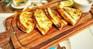 Quesadilla de carne, dadinho de polenta, cupim na manteiga e joelho de porco estão nos cardápios selecionados pelo Divirta-se