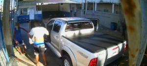 Os criminosos estavam armados e obrigaram os funcionários a entrar na caminhonete. As vítimas foram liberadas, mas o veículo não foi mais visto. A ação foi registrada por uma câmera de videomonitoramento; veja