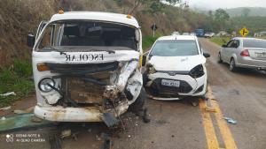 Condutor e passageiro de uma Volkswagen Kombi ficaram feridos após veículo ser atingido por um Ford Fiesta, que trafegava no sentido contrário. Batida ocorreu nesta quarta (6)