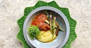 A receita da colunista Bia Brunow é temperada com páprica picante e coentro. Para servir, ela sugere couve e polenta mole