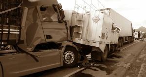 Duas carretas e um caminhão se envolveram no acidente na tarde desta quarta-feira (14), uma pessoa morreu e outra ficou ferida. Segundo a PRF, um congestionamento de dois quilômetros se formou nos dois sentidos