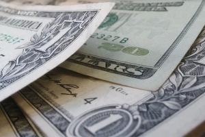 No fechamento dos negócios, o dólar à vista encerrou o dia estável (+0,01%), cotado em R$ 5,3047. No mercado futuro, o dólar para fevereiro fechou em leve alta de 0,14%, a R$ 5,3010