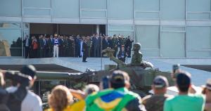O desfile desta terça-feira (10) em frente ao Palácio do Planalto reuniu dezenas de veículos militares, entre blindados, tanques, caminhões e jipes