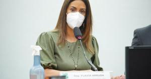 A ministra Flávia Arruda afirmou que o Orçamento inclui o corte de despesas e também a aprovação de um projeto de lei do Congresso que deixa de fora do teto de gastos algumas despesas