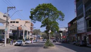 A prefeitura proibiu a permanência de pessoas nas ruas de segunda a sexta-feira, das 20h às 5h, e aos sábados, domingos e feriados, das 18h às 5h