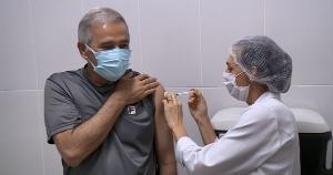 """O chefe do Executivo municipal recebeu a primeira dose neste sábado (10) na unidade de saúde do bairro Conceição e afirmou que """"acreditar na ciência é se vacinar"""""""
