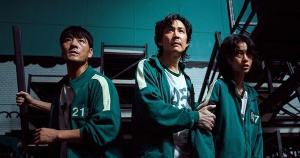 'Round 6', série coreana da Netflix, reúne pessoas endividadas em jogos mortais nos quais o sobrevivente sai milionário, uma boa utilização do battle royale com boas discussões