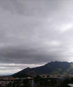 O domingo (3) amanheceu com sol e céu aberto, mas o tempo mudou de repente e surpreendeu os capixabas com ventos fortes e nuvens cinzentas