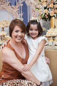 """A jornalista Anna Carolina Passos conta como um problema de saúde enfrentado por sua filha Valentina, de 6 anos. a ensinou a ter fé em Deus. """"Nessa caminhada, aprendi que uma vida de fé não significa só de alegrias. Mas quando a tristeza vem, é impressionante o quanto nos sentimos protegidos""""."""