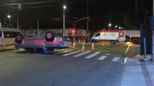 Veículo voltava do atendimento de uma vítima de feminicídio em Maria Ortiz. Ambulância ultrapassou sinal vermelho e bateu em caminhonete, segundo motorista