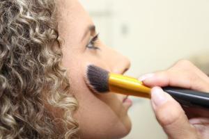 Oportunidades são para os cursos de maquiadora e design de sobrancelhas para quem mora em Vitória, Vila Velha, Serra e Cariacica
