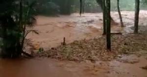 Córregos ficaram cheios após a chuva que atingiu São Francisco de Batatal e Carolina na tarde desta segunda-feira (8); veja o vídeo da força das águas