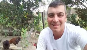 Segundo a Polícia Rodoviária Federal (PRF), Enoc Faber Guimarães pilotava uma moto quando foi atingido por uma carreta na noite deste sábado (20). Testemunhas relataram à polícia que o motorista deixou o local sem prestar socorro
