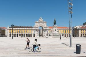 Primeira etapa do plano começa neste domingo (1°): fim do toque de recolher e das restrições ao horário de funcionamento de restaurantes e lojas, informou o governo de Portugal