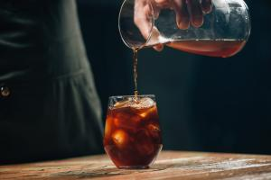Em meio ao calorão, como lidar com seu corpo pedindo mais café? Uma dica é se refrescar com cold brew, bebida feita com grãos em infusão a frio e servida bem gelada
