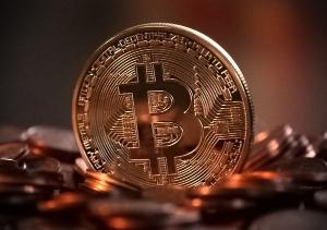 Investir em ativos digitais como o bitcoin requer algum estudo, muita cautela e menos ganância que possa nos cegar diante da lábia de picaretas