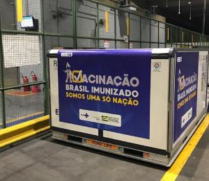A equipe da Fiocruz começou a liberar os caminhões que vão levar os dois milhões de doses recebidos da Índia para os Estados brasileiros