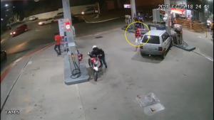 O motorista invadiu um posto de combustível, colidiu com uma bomba de gasolina e atropelou um frentista no último domingo (25). Ele foi autuado por conduzir veículo automotor sob efeito de álcool