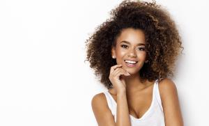 """Saiba quais são as diferenças entre as duas técnicas de lavagem capilar e saiba como identificar os ativos """"proibidos"""" nos rótulos dos produtos para o cabelo"""