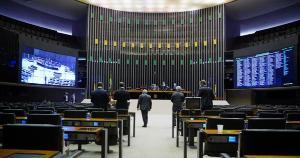 Deputados federais aprovaram revogação da Lei de Segurança Nacional e definiram dez crimes a serem previstos no Código Penal. Texto vai ao Senado