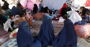 Entre outras normas, as estudantes não poderão se misturar com homens e terão que usar as vestimentas abaya (um vestido longo) e o niqab (véu que deixa apenas os olhos à mostra)