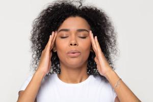 Ao analisar de uma maneira mais física e orgânica, vemos que a respiração consciente e controlada reduz o estresse, melhora o sistema imunológico, reduz a insônia, além de evitar a depressão e o deficit de atenção
