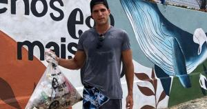 Capixaba do BBB 13, da Globo, juntou cerca de 40 quilos de lixo que estava jogado na praia ao lado do Iate Clube, na Praia do Canto, na manhã deste sábado (23)