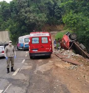 Três pessoas ficaram feridas após capotamento na altura do quilômetro 37 da rodovia, na manhã desta segunda-feira (4)