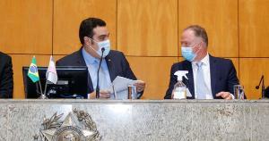 Governador do ES esteve no Legislativo para responder a questionamentos de deputados estaduais. Alguns estavam vendo jogo de futebol durante a sessão