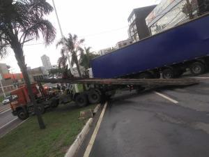 De acordo com a PRF, motorista subiu no canteiro da pista lateral da BR 262 e a carreta ficou agarrada; pista foi liberada por volta das 17h15
