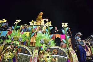 Fantasias com personagens que saltaram da imaginação foram dar no Sambão do Povo: índios, palhaços, malandros, roqueiros e africanos se embolaram na geleia geral da folia