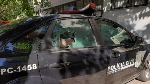 Homens passaram ao lado da delegacia e atiraram uma pedra no vidro de uma viatura. Polícia acredita que o fato tenha ligação com a morte de jovem durante confronto no Bonfim nesta quinta (24)