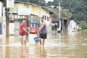O nível do rio do município que fica no Sul do Estado subiu e a água invadiu lojas, casas, causou deslizamentos de terra, entre outros transtornos