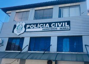 O crime ocorreu na noite deste sábado (24), no bairro Carapebus. Vítima apresentava perfurações e não foi identificada. Polícia Civil informou que o caso está com a Divisão de Homicídios