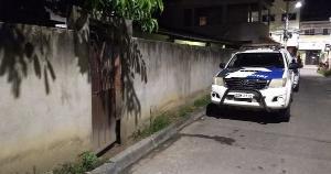 Vizinhos disseram que uma moto com dois ocupantes parou em frente à casa, os suspeitos chamaram pelo nome da vítima e atiraram várias vezes contra o homem