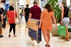 Em muitos estabelecimentos as ofertas já estão valendo. Haverão descontos para itens de vestuário, perfumaria, brinquedos, móveis, eletrodomésticos, serviços de beleza, entre outros