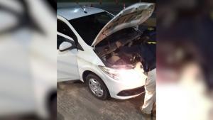 O veículo estava com restrição de furto/roubo e a ocorrência teria acontecido há 3 anos. O condutor e o carro foram encaminhados para a delegacia