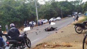 Batida envolveu duas motos e um carro. O outro motociclista teve fratura no fêmur e foi encaminhado ao hospital. A condutora do veículo não sofreu ferimentos graves, segundo os Bombeiros