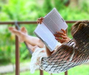 A leitura tem o poder de transformar realidades. Ela ajuda a adquirir informação, enriquece o vocabulário e a comunicação, desperta a criatividade, motiva e faz bem para a saúde mental
