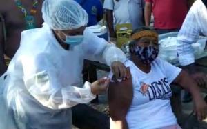 Dona Marilza da Silva foi imunizada na tarde desta terça-feira (19), em Aracruz, na Aldeia Piraquê-Açu. Além dela, mais nove indígenas foram vacinados na cerimônia