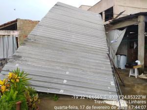 A chuva veio acompanhada de muita ventania. Em Colatina, parte do telhado de uma casa e algumas pessoas ficaram sem energia elétrica
