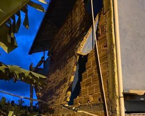 Segundo a Defesa Civil, o vento foi rápido, mas a força foi suficiente para derrubar um muro de uma residência e arrancar o telhado de outra casa