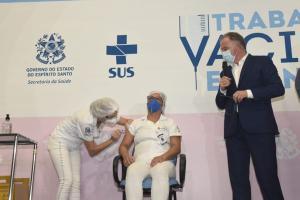 O governador Renato Casagrande afirmou que a vacina da Coronavac requer duas aplicações; primeiro lote de 101 mil vacinas contempla as duas doses para 48 mil pessoas