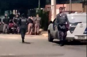Segundo a PM, policiais da Força Tática abordaram um veículo suspeito e um dos dois ocupantes – que estava no banco do carona – atirou contra os militares, que revidaram. Um homem foi preso e outro suspeito conseguiu fugir