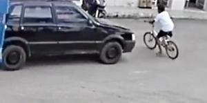 Criança atravessava a rua de bicicleta quando foi atingido por um carro nesta quinta-feira (2). Motorista não parou para prestar socorro e caso é investigado pela polícia
