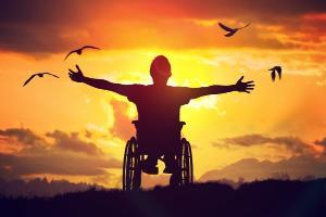 Estamos cara a cara com outro retrocesso, retornar ao modelo médico de deficiência é nocivo e limitante para nós, pessoas com deficiência, uma vez que ele tem sido uma barreira constante de acesso aos serviços públicos e aos direitos humanos e sociais.